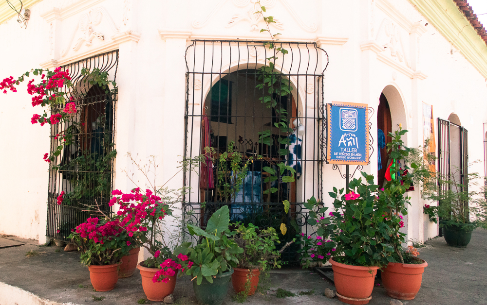 Suchitoto, El Salvador: house with flowers